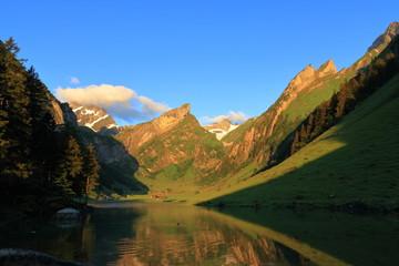 Bergsee bei Sonnenaufgang, Morgens, Bergpanorama