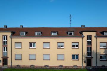 altes Reihenhaus mit blauem Himmel