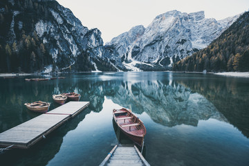 Photo sur Plexiglas Lac / Etang Wooden boat at the alpine mountain lake