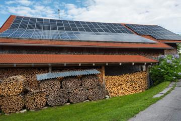 Scheune mit Solardach und Brennholz
