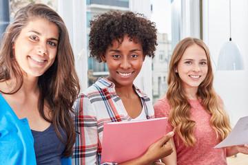 Drei junge Frauen als Studenten oder Azubis