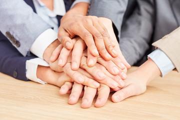 Business Start-Up Team stapelt Hände