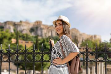 Attraktive, junge Touristin vor der Akropolis in Athen, Griechenland