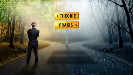 Geschäftsmann steht an Weggabelung zwischen klarer Theorie und ungewisser Praxis