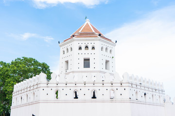 Phra Sumen Fort is located at Santi Chai Prakan Park on the corner of Phra Arthit Road
