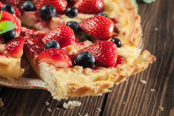 Tart with curd cheese, strawberries and blueberries