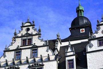 Wolfsburger Schloss von unten.  Historisches Bauwerk.