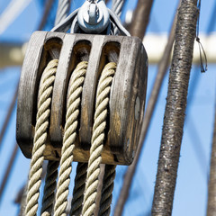 Pulley with hemp ropes, as construction of a triple pulley for the rigging of a sailing ship