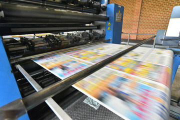 newspaper printing with a roller offset printing machine in a printing house // drucken einer...