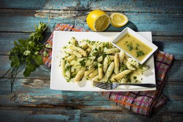 Spargelsalat mit weißem Spargel, Schnittlauch, Blattpetersilie in einer Gemüse-Senf-Essig-Vinaigrette