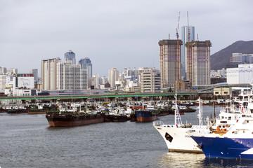 Hafen mit Skyline von Busan.