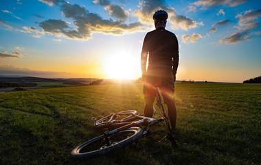 fahrradtour in den sonnenuntergang
