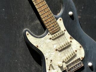 Alte elektrische Gitarre mit Perlmutteffekt in einem Musikclub an der Reeperbahn im Stadtteil St.Pauli in der Hansestadt Hamburg
