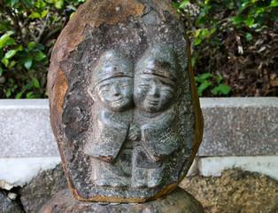 抱き合う石像