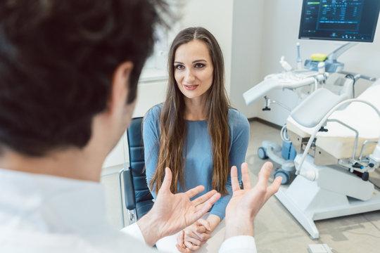 Frau besucht den Frauenarzt