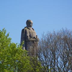 Bismarck-Denkmal in Hamburg an sonnigem Frühlingstag mit Bäumen, von der Seite