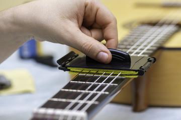 Herramienta para mantenimiento de diapasón y cuerdas de guitarra.