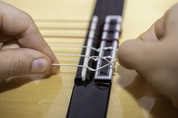 Cambiando las cuerdas a una guitarra.