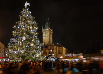 Altstadtplatz mit Weihnachtsmarkt, Kerzenschein, Weihnachtsbaum und Frauenkirche in Prag, Tschechische Republik