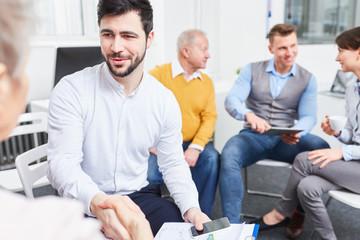 Berater schüttelt Hände im Meeting