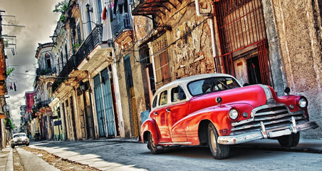 Foto auf Acrylglas Havanna old american car parked with havana building in background