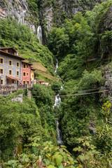 cascade dans les Picos de Europa au nord de l'Espagne