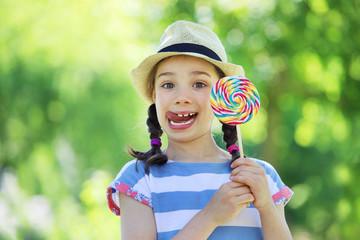 Siebenjähriges Mädchen mit einem Lolli