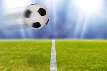 Fußball fliegt über das Spielfeld im Stadion