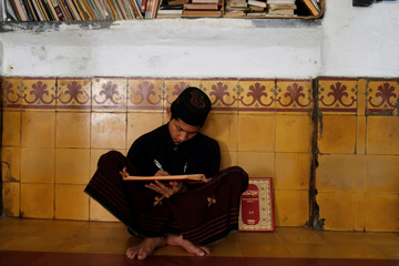 The Wider Image: Indonesian students fast, and study, during Ramadan