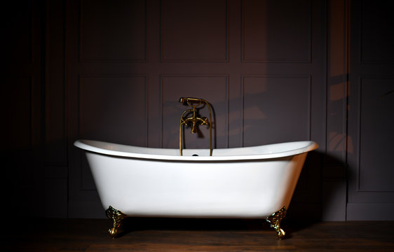 Beautiful classic style white claw foot bathtub with stainless steel old fashioned faucet and sprayer
