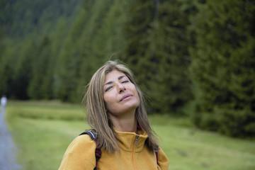 Donna riposa dopo trekking in montagna