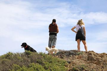 pareja con perros en la cima del acantilado 4M0A0103-f18