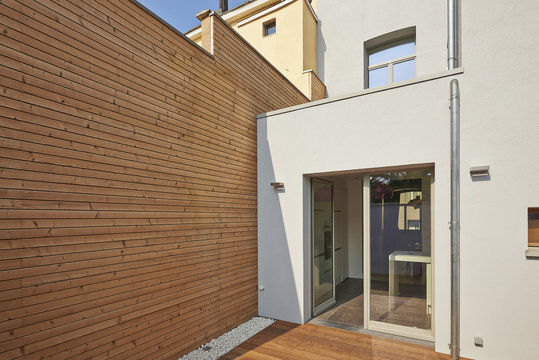 Wall construction with insulating wood cladding