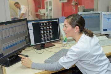 radiologic technician show magnetic resonance exam procedure