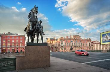 Кони Клодта на Аничковом мосту в Санкт-Петербурге и машины Sculptures of Klodt's horses