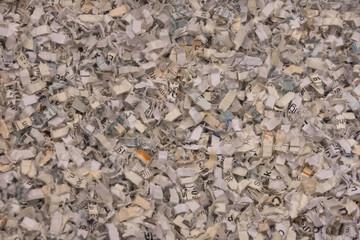 Papierreste und Papierschnipsel gleichmäßig im Bild verteilt