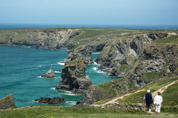 Bedruthan Steps in Cornwall, England mit Touristen