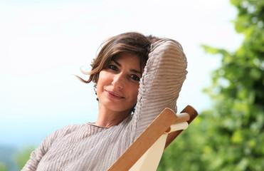 Donna seduta in giardino in relax