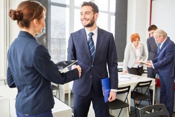 Geschäftspartner schütteln sich die Hände