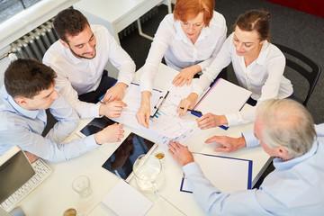 Team in einer Beratung oder Verhandlung