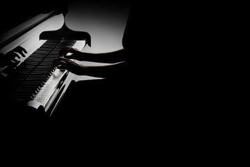 In de dag Muziek Piano player. Pianist hands playing grand piano