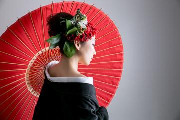 奇抜なヘアメイクの着物姿の女性(花魁風)