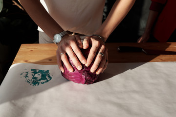 Eco printing with red cabbage