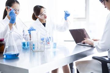 男女三人の科学者たちの仕事風景