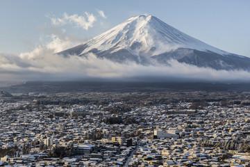 雪景色の富士吉田の街並みと富士山