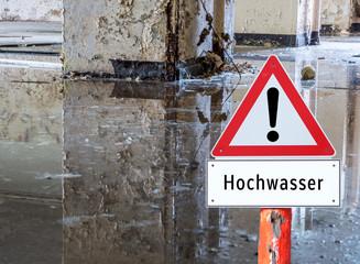Warnschild Hochwasser im Keller