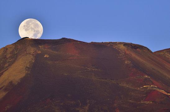 早朝の富士山山頂と満月