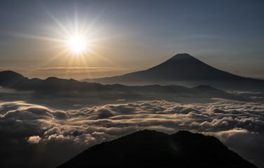 雲海越しの富士山と朝陽