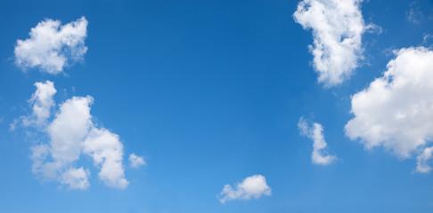 blauer Himmel mit Schönwetter Wolken und Freifläche in der Mitte
