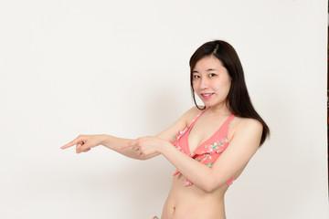 指さす水着の女性